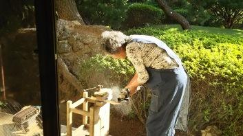藤澤先生自らもグラインダーで木を加工。